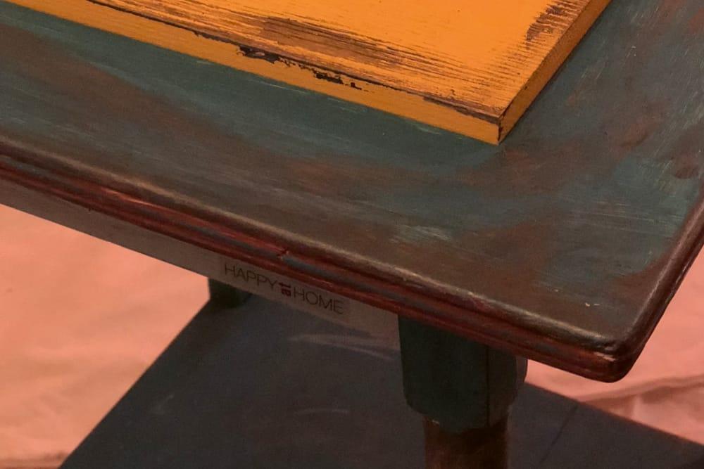 Alter Tisch mit neuer Einlegeplatte und in Erdtönen bemalt