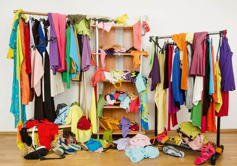 Unordnung im Kleiderschrank