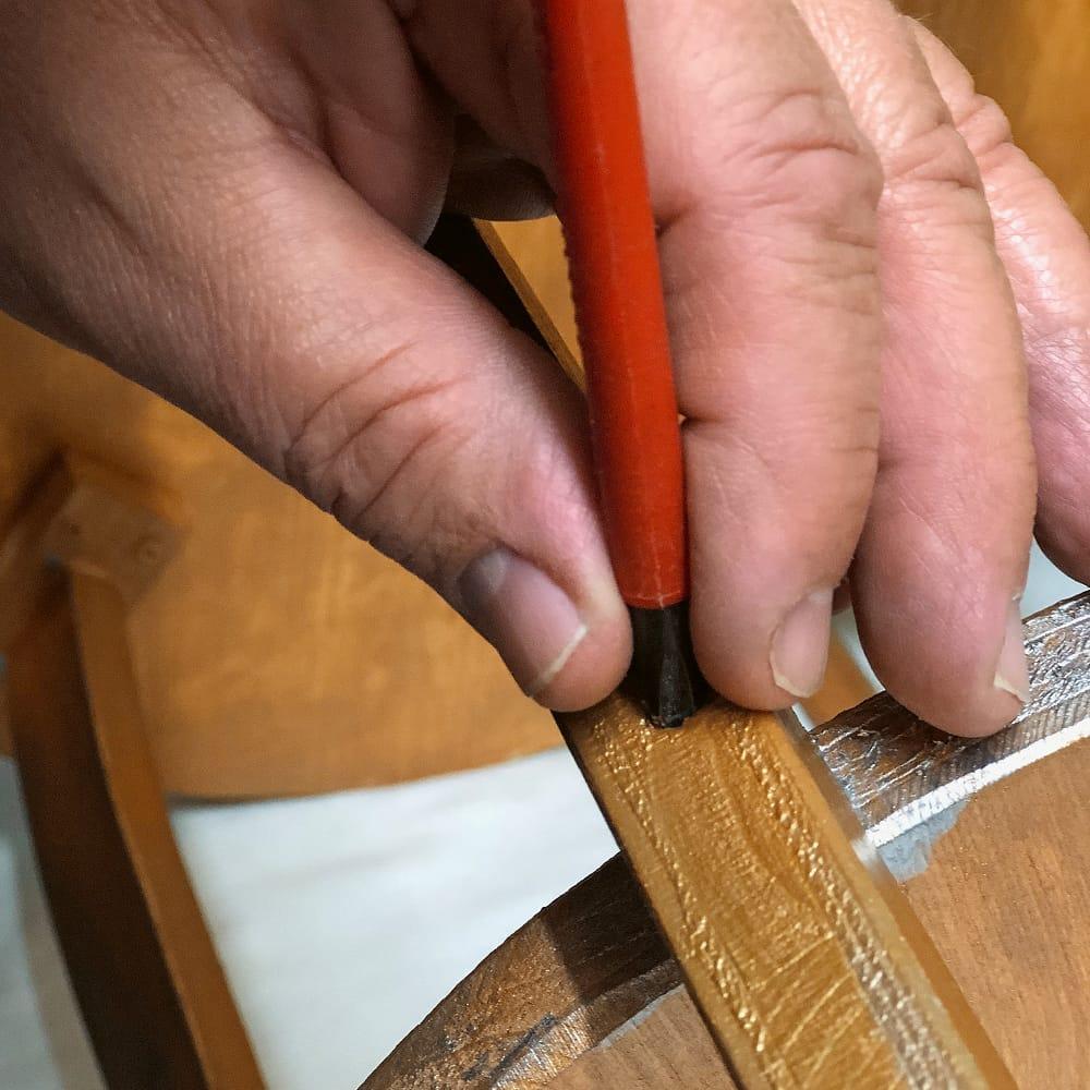 Bruno arbeitet an einem Möbelstück