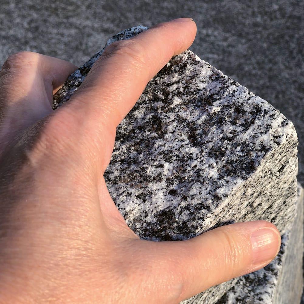 Esther hält einen Guber-Stein in der Hand